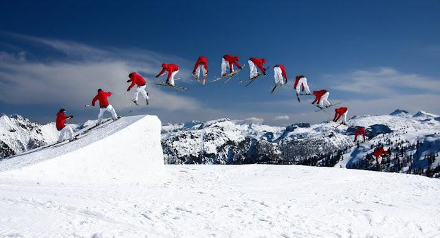 Un skieur fait un saut lors d'une compétition internationale de ski freestyle