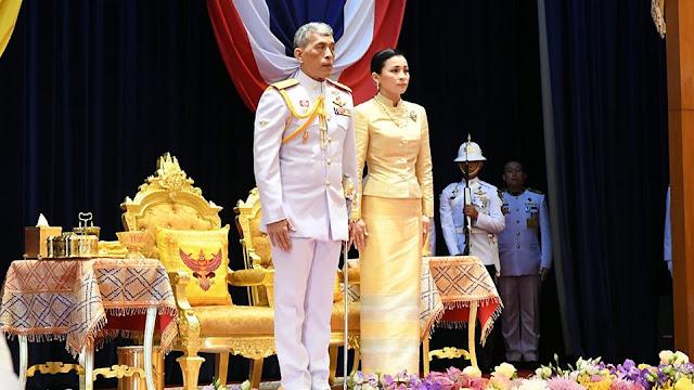 Ο βασιλιάς τη Ταϊλάνδης παρουσίασε στο λαό την ερωμένη του μπροστά στη σύζυγο του (βίντεο)