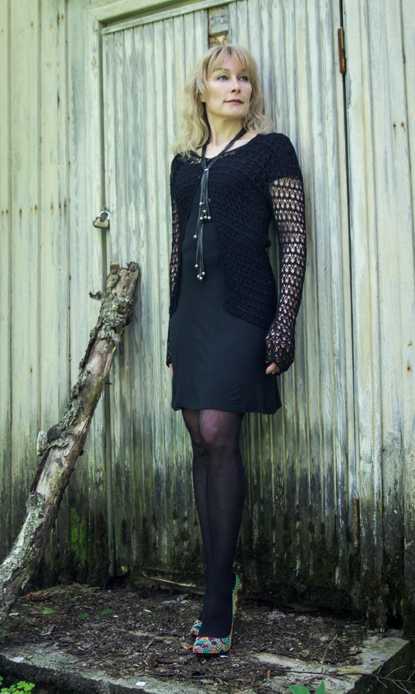 PauMau blogi nelkytplusbloggari nelkytplus asukuva tyyliblogi aikuisen naisen tyyli musta asu mekko pitsipusero pikkumusta