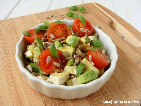 Sałatka z mozzarellą, awokado, pomidorami i olejem dyniowym