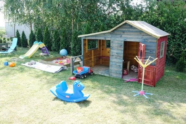 jak nie zwariować w wakacje z dziećmi, przydomowy plac zabaw