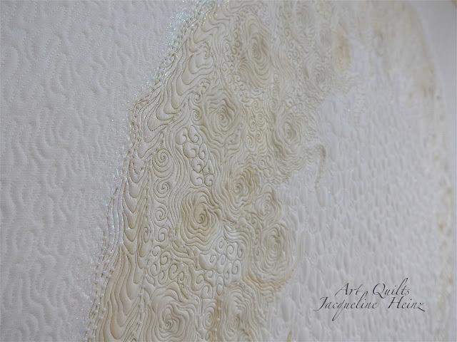 Ein weißer Quilt von Jacqueline Heinz gestaltet mit freemotion quilting