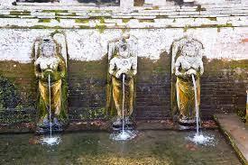 Patung bidadari di kolam suci