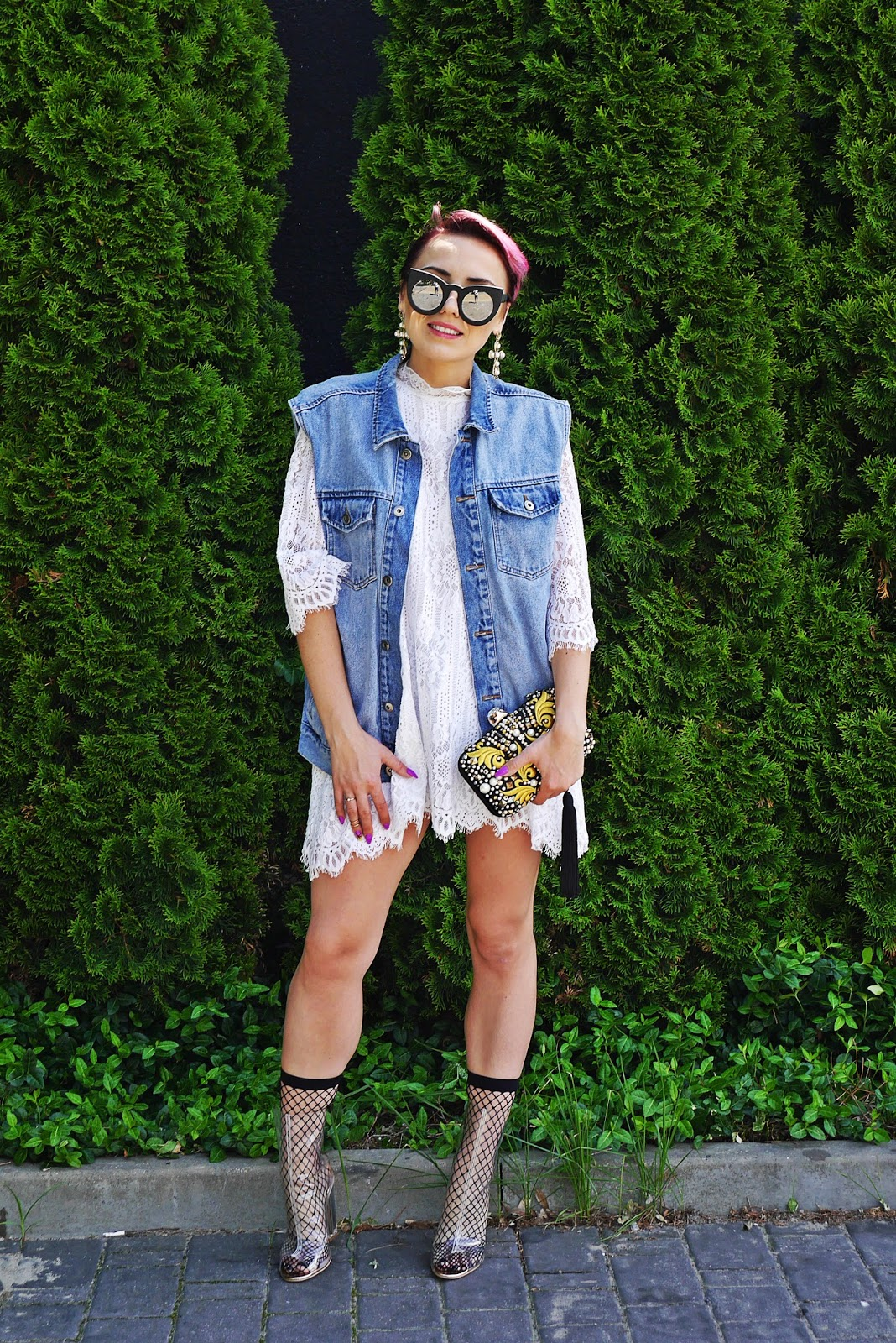 lace_dress_transparent_yezzy_shoes_karyn_blog_modowy_oversize_denim_220617