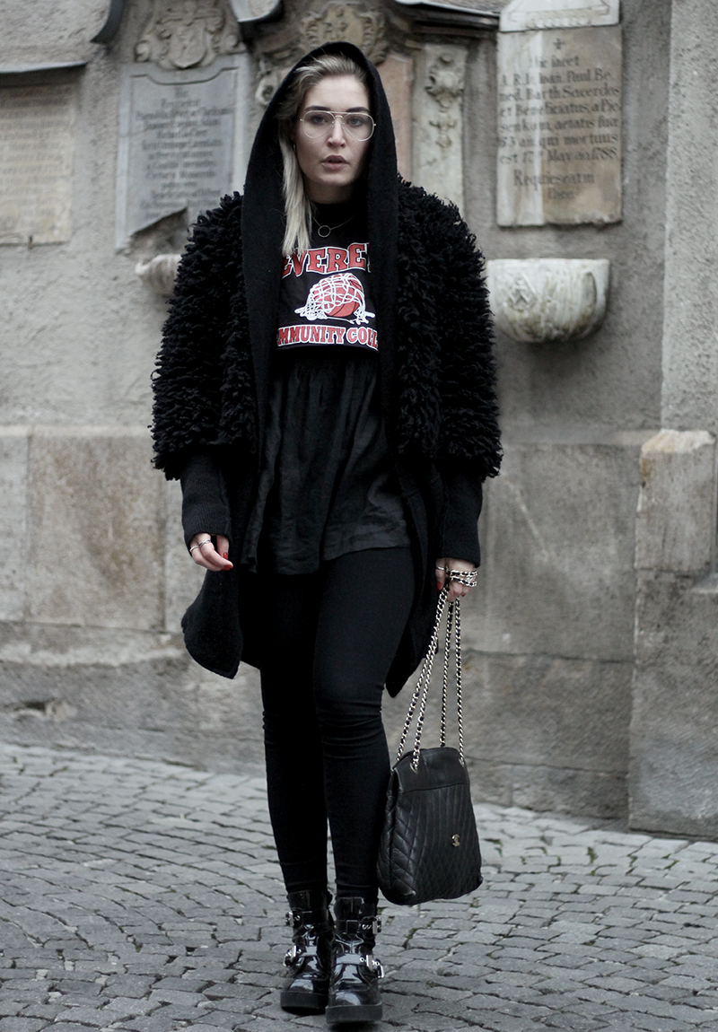 Outfit.ootd.Band Shirt.Fake Fur.Winter.Style.Streetstyle.Look.Fake Fur.Loavies.Vintage.Jeffrey Campbell.Munich.Muenchen.Lauralamode.Fashionblog.Fashion.Mode.Blog