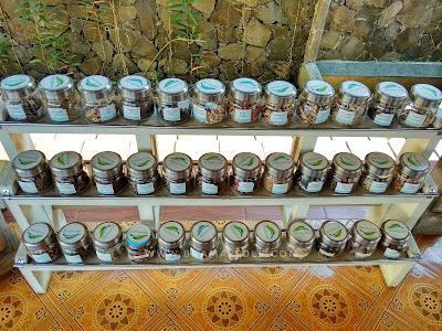 aneka bahan-bahan herbal yang dikeringkan