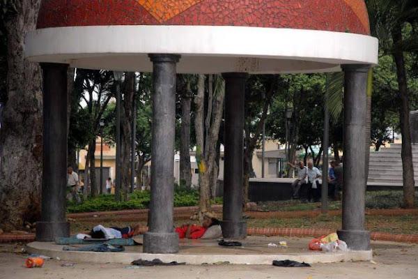 80 profesionales venezolanos duermen en las calles de Colombia