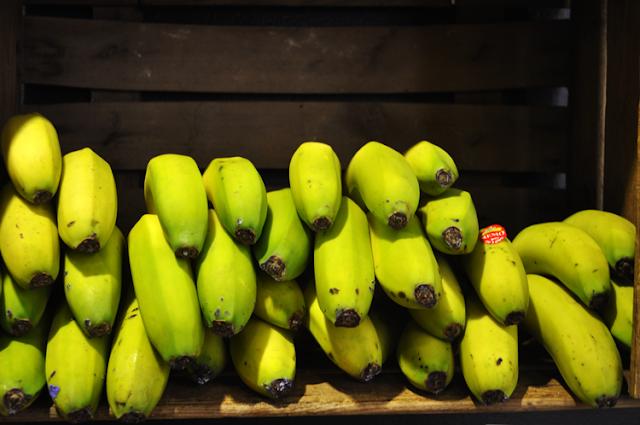 plátanos alineados en una caja vertical