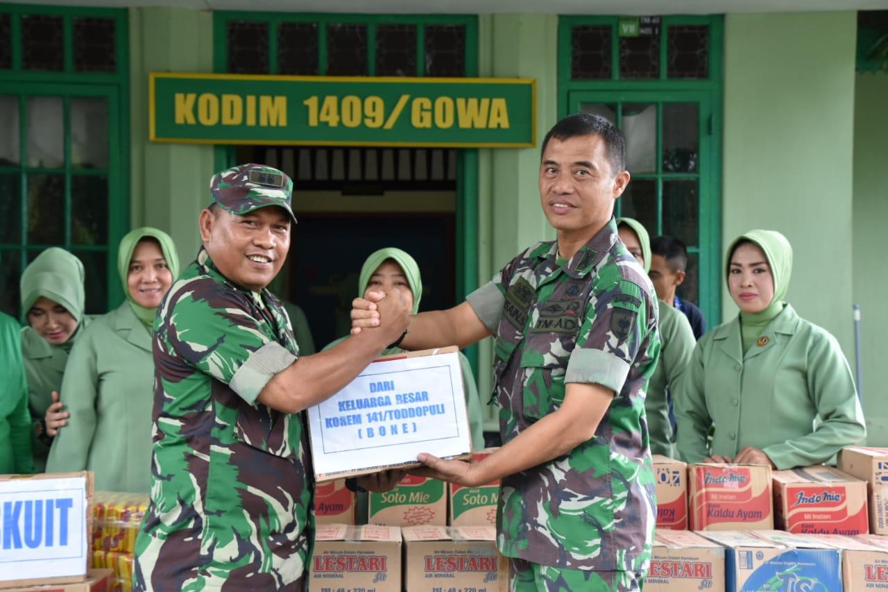 Persit KCK Koorcab Rem 141 Berikan Bantuan ke Korban Bencana Alam di Gowa dan Jenenponto