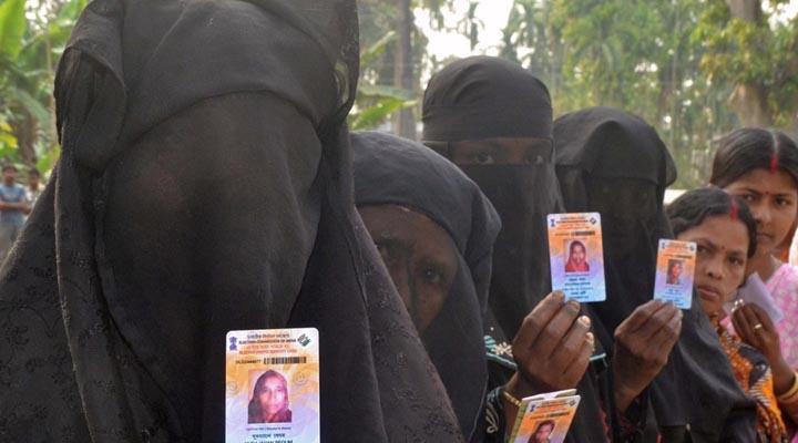 यूपी-में-वोट-डालती-महिलाएं