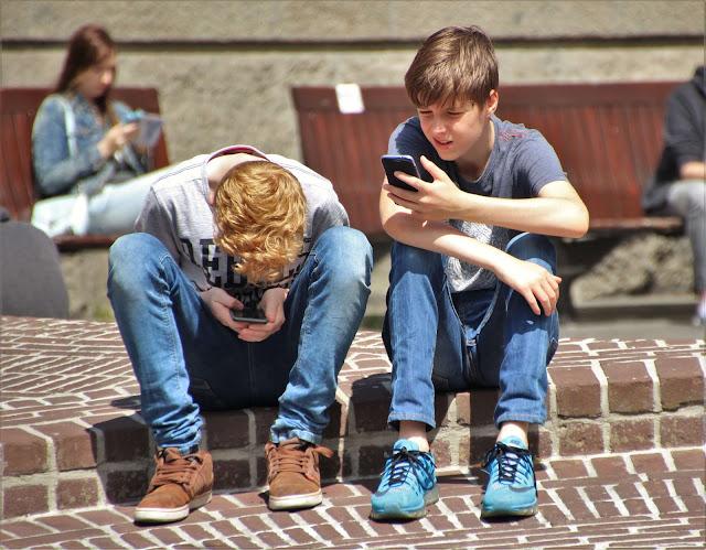 لماذا الأطفال مهووسون بالهواتف الذكية؟ 5 آثار ضارة على صحتهم تعرف عليها