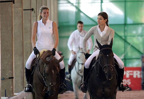 Athina Onassis e Charlotte Casiraghi, cavalgando, hipismo