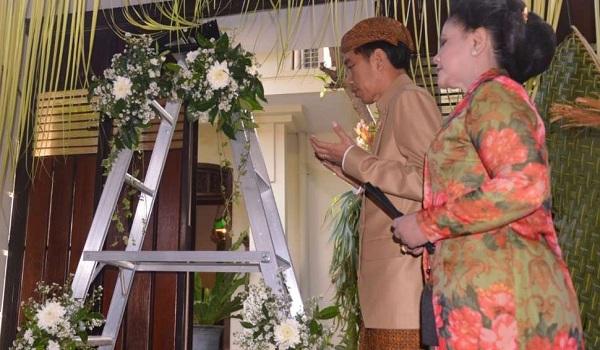 Jokowi Berdoa Setelah Acara Bleketepe