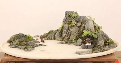 Pemandangan diatas nampan atau pot bonsai bersama dengan bebatuan dan tumbuhan beserta ak Gambar Bonsai Penjing Terbaik Dunia Yang Menginspirasi