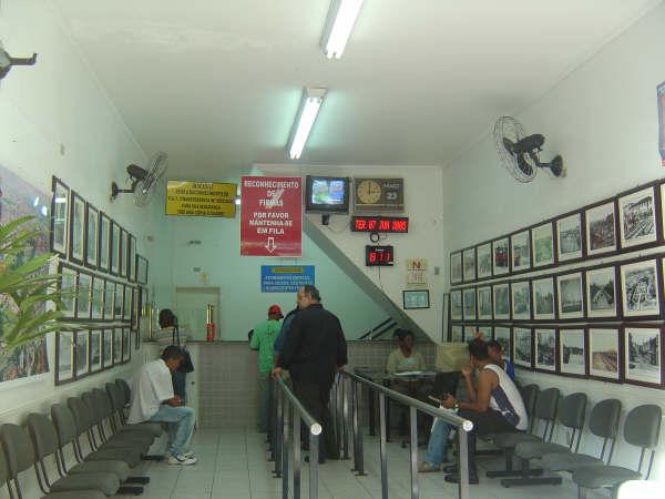 Cartório com diversos quadros nas paredes com fotografias antigas