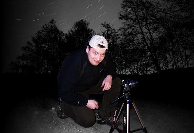 Montáž. Noční obloha vznikla dlouhou expozicí (cca 5 minut) a fotka se stativem při nočním focení v Boloni (IT).