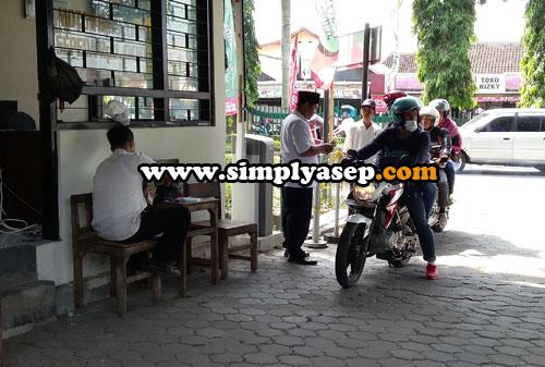 DIREKATKAN DI MOTOR :  Masuk kawasan Candi Prambanan  bagi pemotor cukup membayar 3 ribu rupiah, dan karcis nya ditinggal di kendaraan anda dengan cara ditempel.  Foto Asep Haryono
