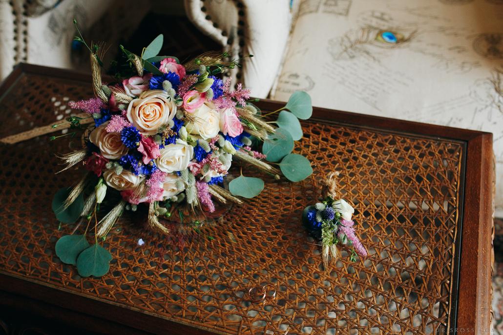 kāzu pušķis un gredzeni