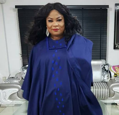 Sola Sobowale rocks Agbada to Future Awards and she looks all shades of gorgeous (photos)