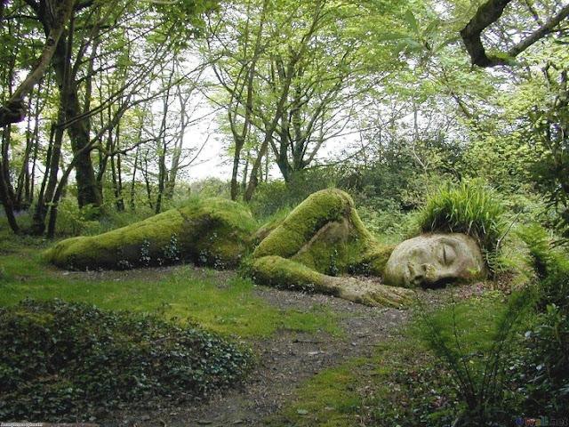 """Deusa adormecida """"Mud Maid"""" nos Jardins Perdidos de Heligan, Inglaterra"""