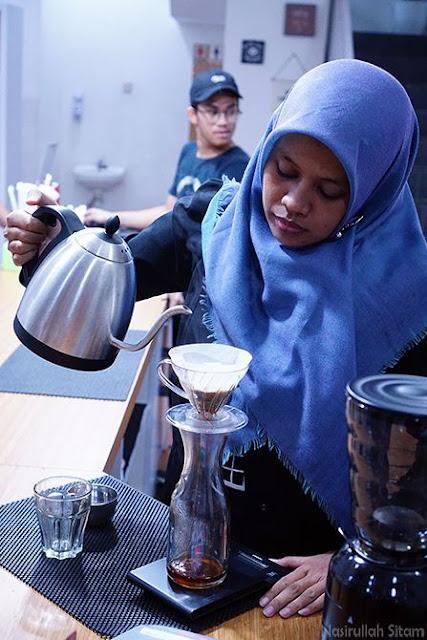 Aqied beraksi menyeduh kopi sendiri