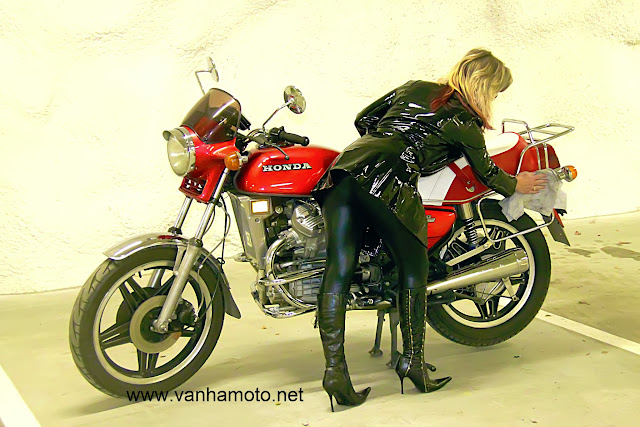 moottoripyörä, pvc-takki, tekonahkahousut, korkosaappaat - motorbike, pvc-coat, fake leather pants, hi heel boots