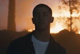 Nick Jonas lança clipe de Chainsaw