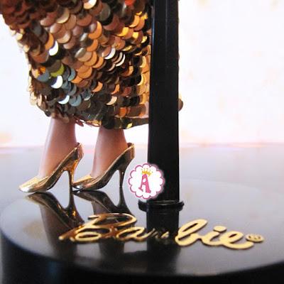 Барби в золотистой паре обуви