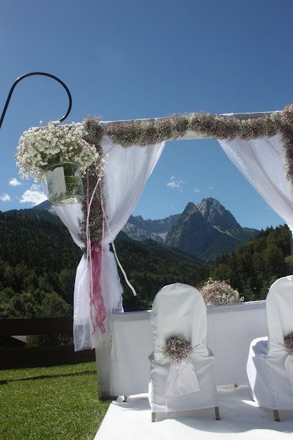 Hochzeit in den Bergen, Trauung unter freiem Himmel - Schleierkraut-Wolken in rosa und weiß - Sommerhochzeit in Bayern, Garmisch-Partenkirchen, Riessersee Hotel, Hochzeitshotel, Babies breath wedding