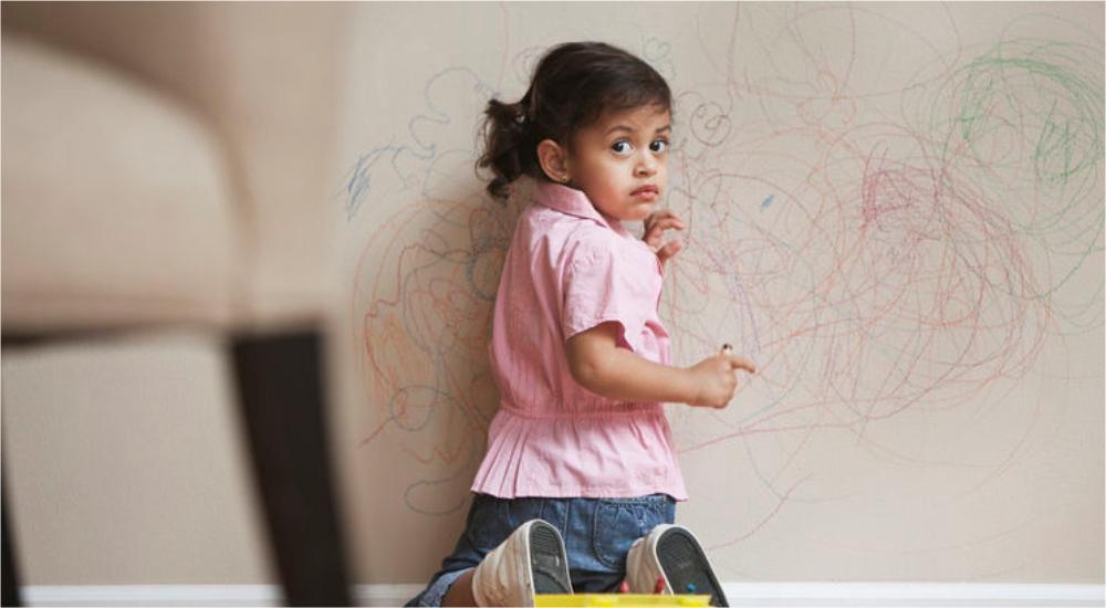 Anak Menggambar di Dinding