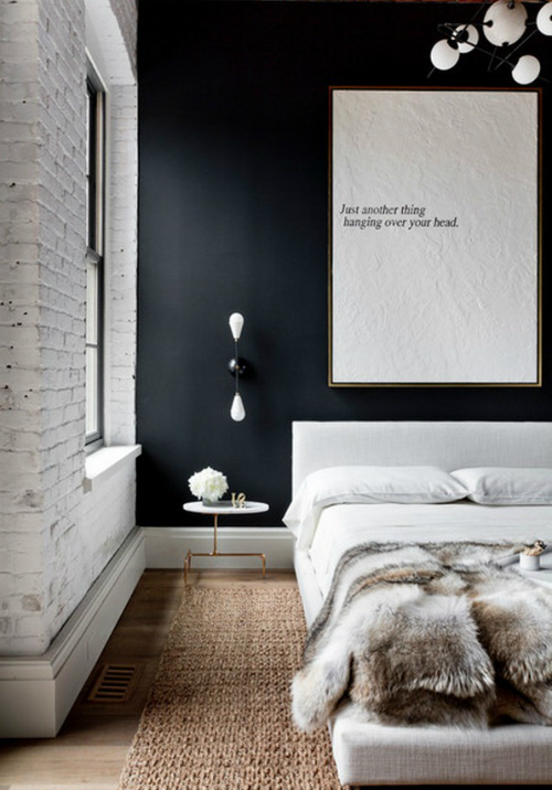 Schwarze Wand, heller Teppich und ein weiches Fell auf dem Bett - die New Yorker Stilistin Tamara Makel hat dieses Schlafzimmer designed