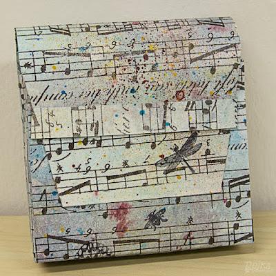 Rýžový papír s notami na tištičce z minerálního papíru je barevně doladěn do modrých tónů.