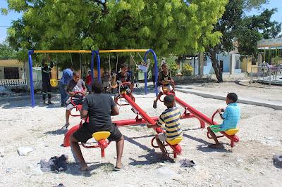 Alcaldía de Cabral construye área de juegos infantiles en cancha del sector El Llano