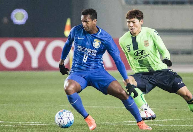 Jeonbuk Hyundai defender chases down Jiangsu Suning's Jo in the AFC Champions League group fixture.