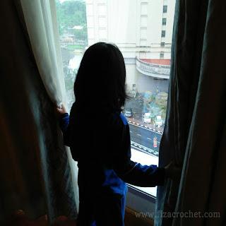 Suasana di luar jendela riverside majestic hotel