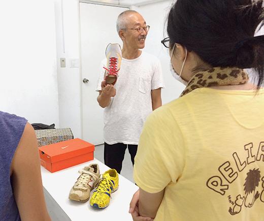 横浜美術学院の中学生教室 美術クラブ 「紙でつくる靴」レクチャーの様子