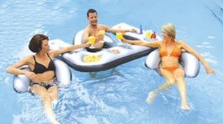 Bar flotante o salva vidas mujeres en bikini