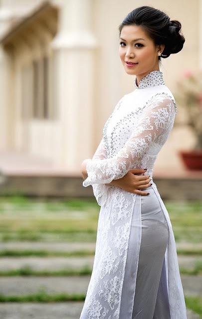 Nữ sinh với áo dài mỏng nhìn rõ đồ lót 3
