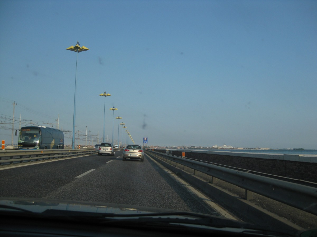 Die Brücke der Freiheit (Ponte della Libertà) zwischen Mestre und Venedig