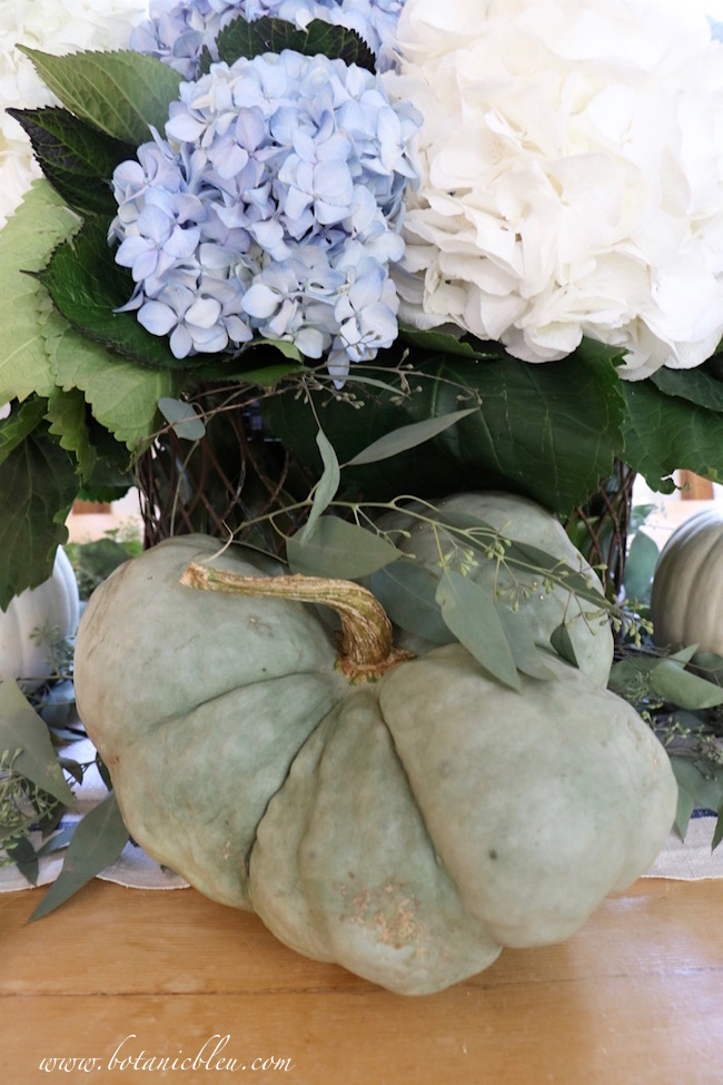pale-green-pumpkin-focus-fall-home-tour-centerpiece
