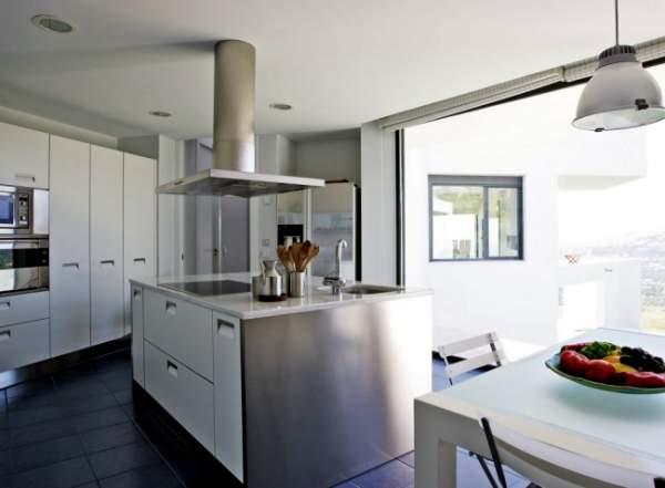 cooker hood solusi dapur kotor dan bau