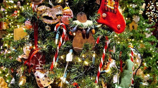 Kerstboom met decoratie.