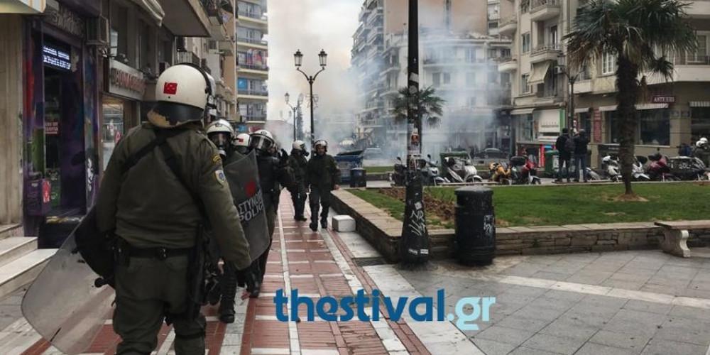 Χημικά και ξύλο στην Πλατεία Ναβαρίνου στην Θεσσαλονίκη [βίντεο]