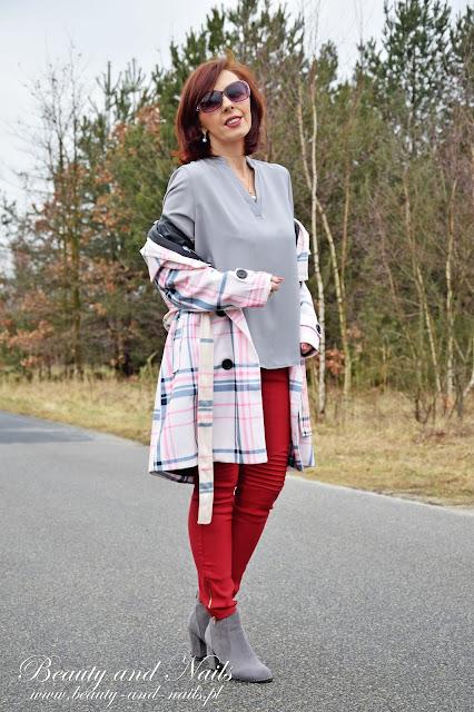 GAMISS | szara bluzka i bordowe spodnie.