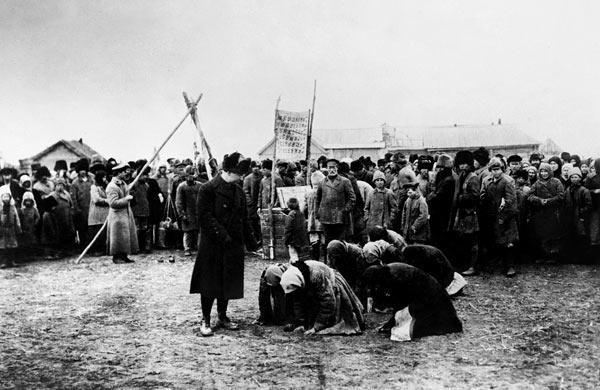 Жители деревни Васильевка в Самарской губернии благодарят представителей АРА за помощь. 1922 год.