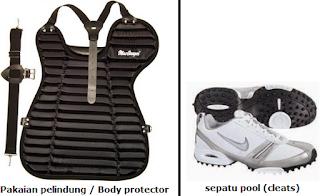 Pakaian pelindung (protective gear) dan sepatu pool (cleats)