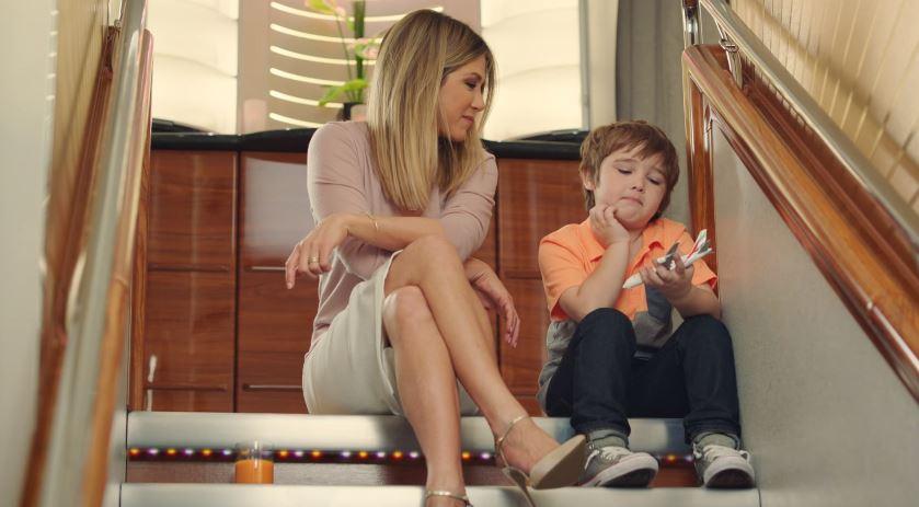 Nome modello e modella Emirates Jennifer Aniston e bambino con Foto - Testimonial Spot Pubblicitario Emirates 2016
