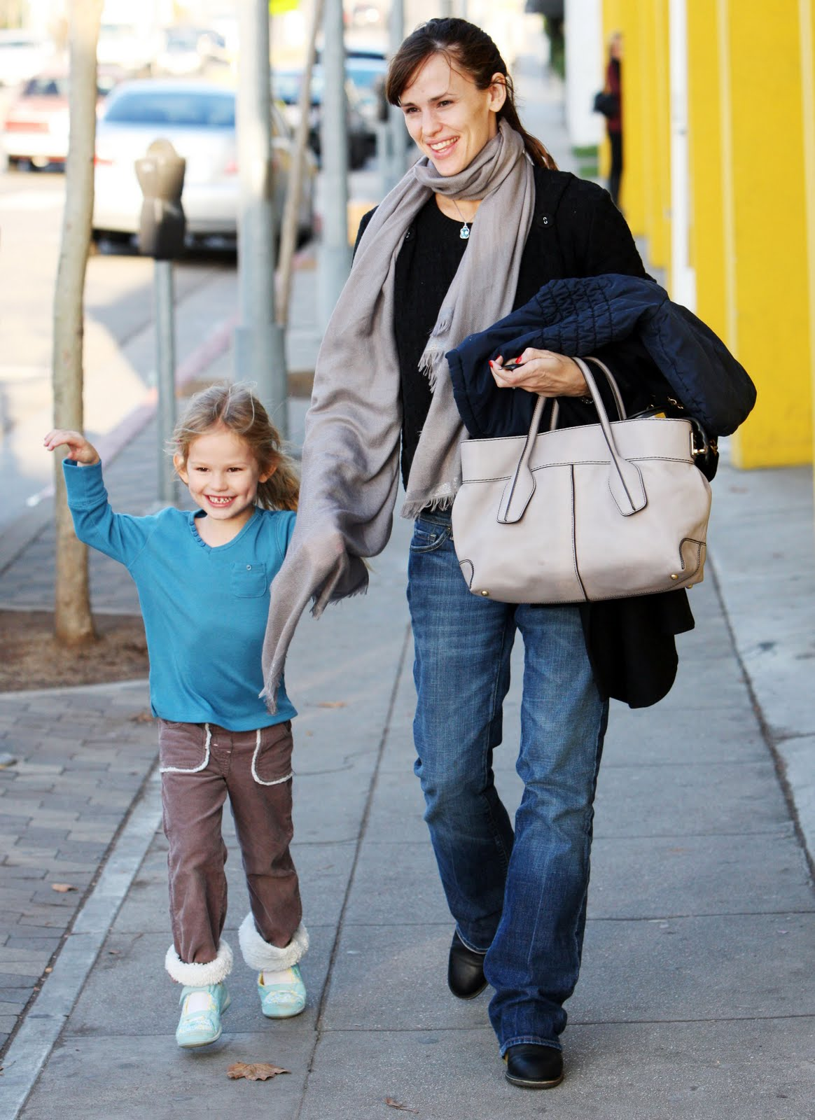 2781cc04c2c8c Jennifer Garner taking a motherly stroll with her TOD's D Bag Shopping on  hand
