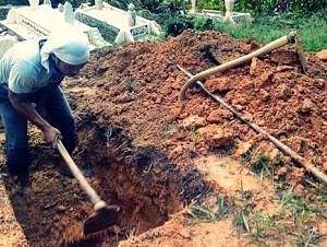 Kisah Nyata Penggali Kubur yang Tiduri Jenazah Wanita, Apakah Diampuni Dosanya?