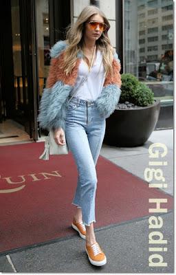 ジジ・ハディッド(Gigi Hadid)は、パムアンドジェラ(Pam & Gela)のコート、リダン(Re/Done)のノースリーブシャツ、サンドロ(Sandro)のジーンズ、トムフォード(Tom Ford)のバッグを着用。